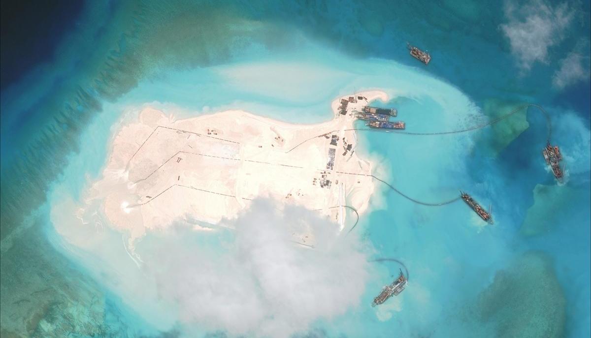 Ảnh chụp năm 2014 cho thấy cảnh các tàu nạo vét Trung Quốc tham gia bồi đắp bất hợp pháp Đá Chữ Thập thuộc quần đảo Trường Sa của Việt Nam nhưng bị Bắc Kinh chiếm đóng trái phép - Ảnh: CSIS/AMTI